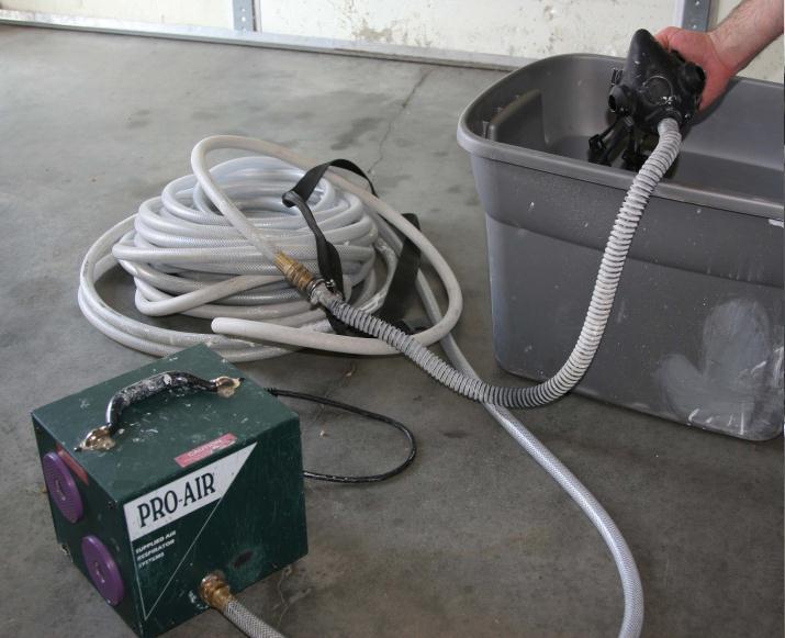 Файл:Шланговый респиратор-полумаска с принудительной подачей не сжатого воздуха.JPG