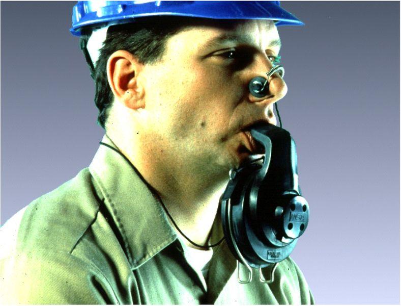 Файл:Самоспасатель с загубником и носовым зажимом.jpg