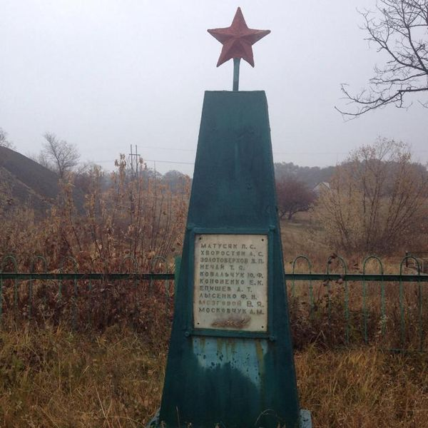 Файл:Братская могила Вахрушево 1947.JPG