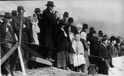 Родственники горняков ждут новостей у входа в шахту