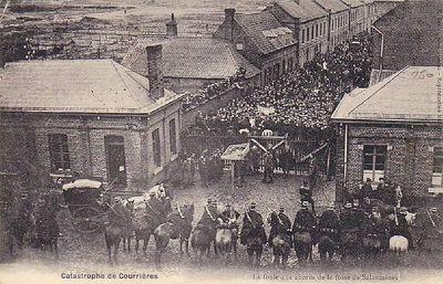 Толпа возле шахтных ворот в Саломин