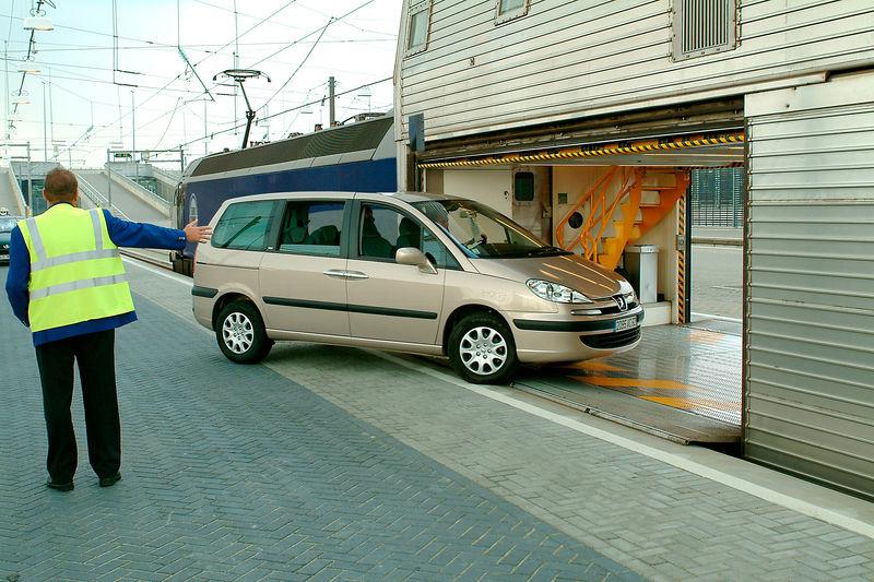 Файл:Chargement voiture Eurotunnel.jpg
