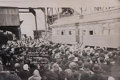 Толпа приветствует спасенных шахтеров