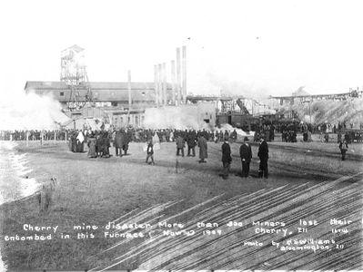 Узнав о пожаре, толпы людей собрались у шахты