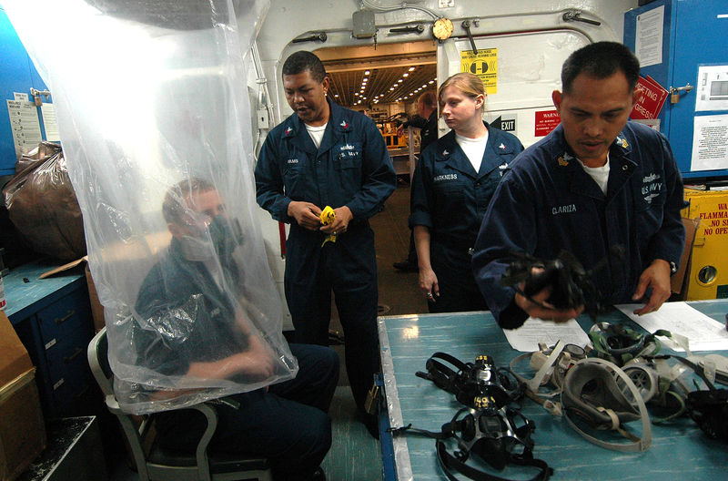 Файл:US Navy 061220-N-8146B-001 The Safety Department uses a plastic bag to conduct respirator fit testing aboard the amphibious assault ship USS Boxer (LHD 4).jpg