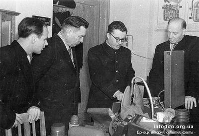 Проверка оживляющей аппаратуры, разработанной ЦНИЛ по горноспасательному делу. 1960 г.