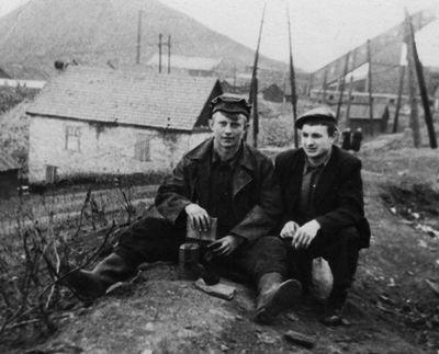 Перед спуском. Слева будущий бригадир ГРОЗ, почетный шахтер СССР Кладиев Николай Семенович.