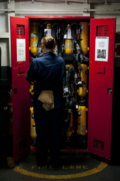 Файл:US Navy 111003-N-BT887-082 Damage Controlman Fireman Carol Gonzalez, from Adrian, Mich., stows a self-contained breathing apparatus.jpg