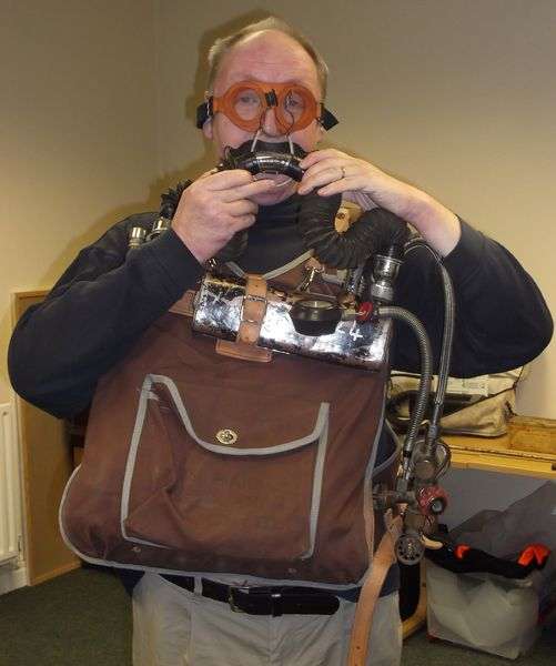 Файл:Houghton Mines Rescue breathing apparatus.jpg