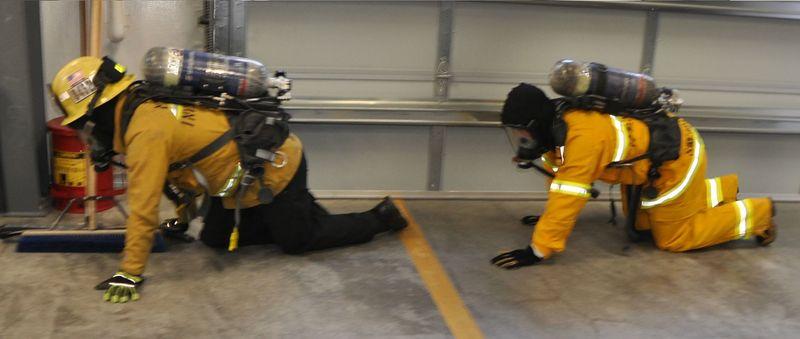 Файл:Тренировка пожарника в дыхательном аппарате.jpg