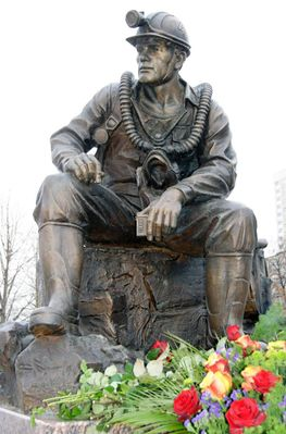 Памятник горноспасателям. Москва. Открыт 27 декабря 2010 года в День Спасателя Российской Федерации на улице Кременчугской рядом со зданием Национального центра управления в кризисных ситуациях.