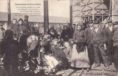 Родственники жертв возле шахты в в Саломин